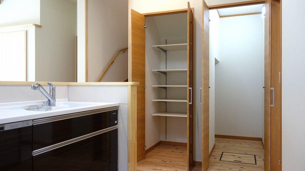 キッチンパントリーと階段下収納